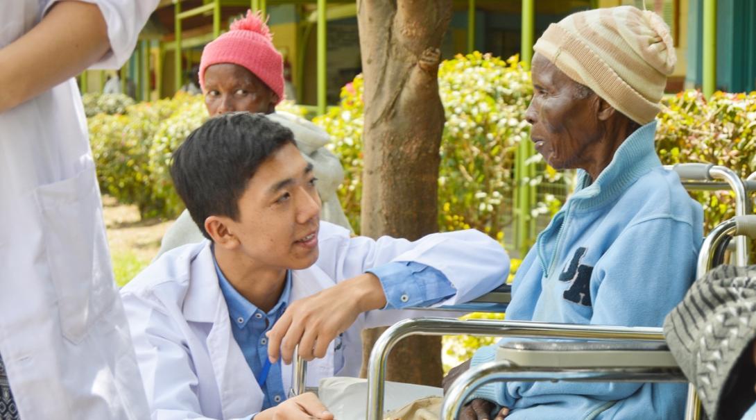 ケニアの病院で患者に接する高校生医療インターン